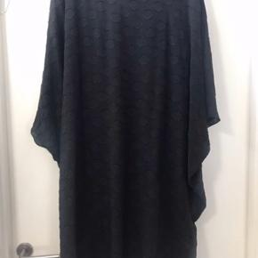 Super fed tunika / kjole med fast underkjole i Jersey med stræk .  Kun brugt få gange så den er som ny .  Ny pris 799  Str L ( 50-52 )
