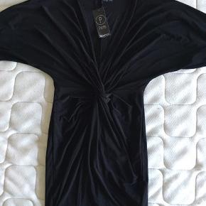Rigtig sød og lækker kjole til evt julefrokosten. Aldrig brugt har stadigt mærke på. Mindstepris 70 kr pp. Bytter ikke.