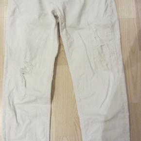 Pæne og velholdte hvide jeans i slidt look. Elastisk kvalitet.  Porto: 39 kr. sendt som pakke uden omdeling med DAO.  Jeg har tøj til både baby, piger, drenge, kvinder og mænd i stort set alle størrelser. Send mig blot din mailadresse, og skriv hvilke størrelser du er interesseret i. Så sender jeg en mail retur med billeder/beskrivelser/priser.