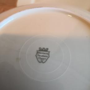 5 middagstallerkner fra Københavns porcelæns maleri KPM . Fine med guldkant. Der står 37 stemplet under nogle af dem.  3 små kagetallerkener (nr 37) følger gratis med.  Ingen skår.  Sener gerne.  Se også mine andre annoncer