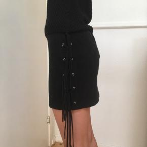 Super flot sort nederdel i imiteret ruskind str. 34 ( XS) fra H&M sælges🌸 Taljen måler 68 cm.  Jeg sender gerne ved betaling med MobilePay. Porto GLS 35 kr 🌞 Se også mine andre spændende annoncer ☀️🌸🌿 (Obs. bytter ikke) I uge 42 er der gratis Porto ved køb for min. 100 kr. via TS.