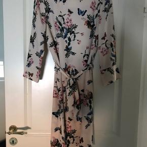 Pæn kjole, som kan bruges med og uden bælte/bånd som medfølger  Brugt enkelte gange