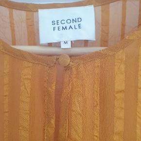 Så fin kjole i en skøn farve - købt her på TS. Men en snert for lille til mig (plejer at være M i SF, men det må være corona-kilo 😳).