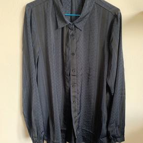 Sort og mørkeblå 'satin-agtig' skjorte fra Moss Copenhagen. Stor i str, kunne sagtens passe en L også.   Ps Jeg bytter gerne, hvis du har noget spændende 🕵🏻♀️