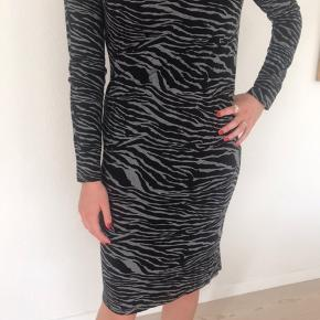 Lækker kjole i 96% viskose/4% elasthan