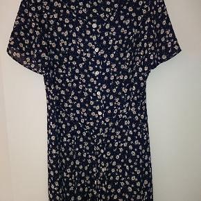 Fin kjole str 18 uk vil sige den svarer til en 46 men spørg endelig efter mål hvis i ønsker 😁