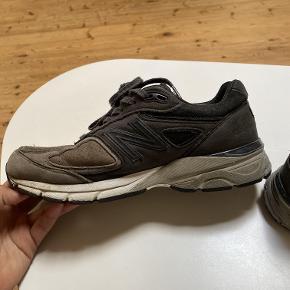 New Balance sneakers 990 str. 41,5 grå/sort. Fin stand - brugt meget i en periode. De ser en smule brugt ud, men er stadig fede og kan bruges.