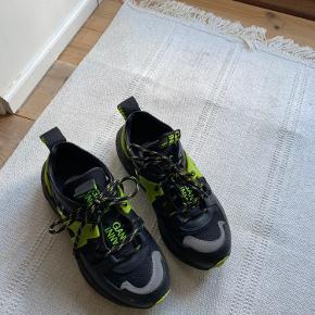 Helt nye ganni sneaks. Har ikke fået dem brugt, så håber en anden kan få glæde af dem. Dufter stadig nye ;) Mp er 1000 Np var 2500