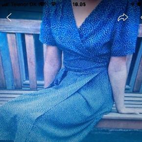 Skønt sommerkjole i smukt blå farve. Xs-S rude kjole brugt 1 gang. Den er for store til mig. Bytter ikke. Skal afhentes i Kbh.