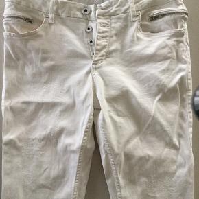 Str 33/32 Lækre hvide jeans med rigtig mange fine detaljer. Slidmærker på forstykkerne Knaplukning Pyntelynlåslommer der går om på bagstykket.