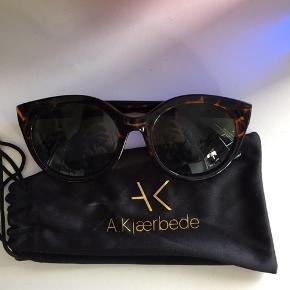Helt nye solbriller. Fik dem i gave og har aldrig gået med dem ✨