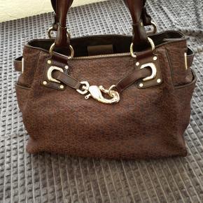 Dejlig stor mørkebrun shopper taske fra DKNY med store læderhanke der passer fint over skulderen. 40 X 30 X 12 cm. Med flere inderlommer og god plads til indkøb eller andet. Har mest ligget i skabet, da jeg har en anden yndlingstaske 😊
