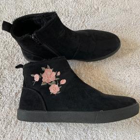 Flotte ruskindsstøvler med sød blomst på siderne