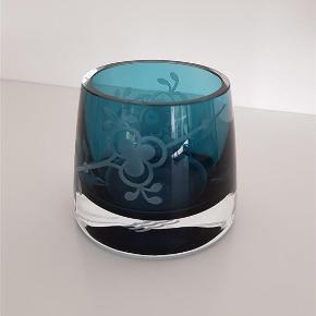 Varetype: Fyrfadsstage i blå Muselmalet glas Størrelse: 7 cm Farve: Blå  Super skøn fyrfadsstage i blåt glas med Muselmalet mønster  Intakt og som ny  Betaling via mobilpay,ved tspay betaler køber gebyr