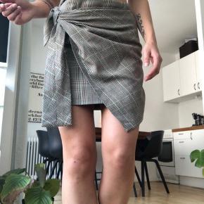 Fineste nederdel fra envii med bindebånds deltalje. Brugt få gange. Kan afhentes på Østerbro eller sendes på købers regning 🌻