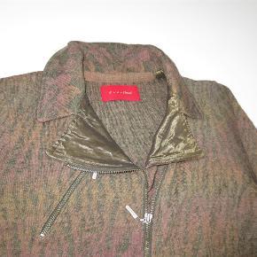Varetype: Strik jakke/cardigan i flotte farver og design Farve: Brun, kaki m. fl. Oprindelig købspris: 1600 kr.  Jakken er brugt 1 gang  Materiale: 75% WO, 15% PA, 10% PAN  Mål under ærmer: 2 x 50 cm  Mål fra krave til underste kant: 61 cm