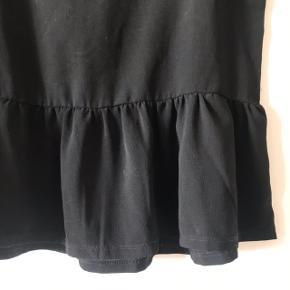 Skøn peplum t-shirt i chiffon fra Second Female i str. S 🌷 brugt og har fået nogle hvide plamager under armene, derfor prisen! Ikke gennemsigtig ⭐️  Bemærk - Sendes med DAO (33 kr), bytter ikke og sender ikke billeder med varen på ⭐️☺️  💫  T-shirt peplum sort second Female bluse