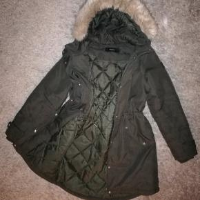 No marks or anything, very good condition. Armygreen, fake fur that can be removed. Varm and cozy winter jacket