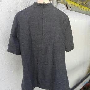 """Zara top med """"lommer"""" i siden og lynlås i nakken. Skal lige stryges lidt👍  Byd gerne!! 🙋 Rabat ved køb af flere produkter - alt skal væk🌻  Skriv for flere billeder og information💌"""