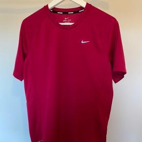 Rød/lyserød sports t-shirt fra Nike. Brugt få gange da den er lidt for stor. BYD