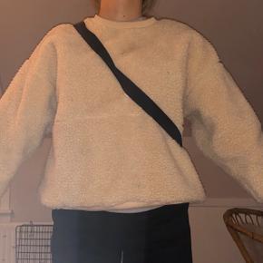 Jeg sælger denne mega fede sweatshirt fra Champion. Den bliver solgt da jeg desværre kun har fået den brugt 2-3 gange. Den er i rigtig god stand, og der er ingen slid på den. Der er det store Champion logo på ryggen, og det lille logo nederst på Venstre ærme. Prisen er sat højt - da den igen ikke er blevet brugt og nyprisen var ret høj 🤍
