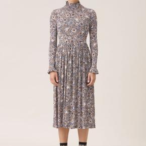 Smuk kjole, meget behagelig - brugt 2 gange.