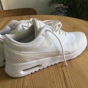 Nike AirMax Thea, str. 38 (24 cm). Brugt sparsomt og derfor i pæn stand. Lidt brugstegn på pløs og vrist. Ikke forsøgt vasket. Sælges for 225,- inkl. fragt. BYTTER IKKE