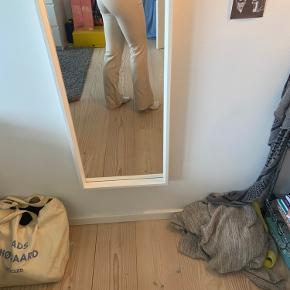 Sælger mine neo noir bukser i beige. De er blevet brugt et par gange, men få gange. Jeg er 165 høj. Np var 500.:))