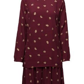 9fc3f7c98d5 Smuk kjole i let viskose. Kjolen er to-delt med en strop kjole under