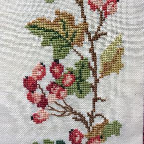 Smukt broderi med bær på messing ophæng, 1965, fin stand, se foto, der er små bitte knappenålshoveder pletter et sted nederste i højre hjørne, ses ikke på afstand se foto 2. 55 pp.