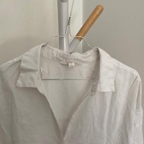 Hør lignende skjorte fra H&M   Str,: 40  Farve: hvid Stand: brugt et par gange, men fremstår uden pletter og slid