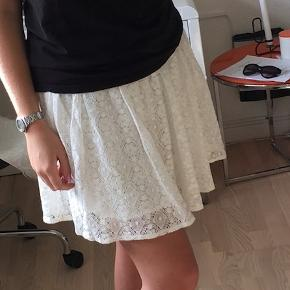 Fin blonde nederdel fra Vila, som er brugt meget få gange