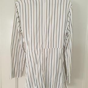 Brand: Zara Women Varetype: Skjorte Farve: Hvid Oprindelig købspris: 500 kr. Prisen angivet er inklusiv forsendelse.  Enkel og elegant skorte fra Zara med sart brune og sorte striber. Kan bindes i taljen og lukkes i nakken med en lynlås. Passer en 38 med ikke for brede skuldre. Lavet af 100% bomuld.