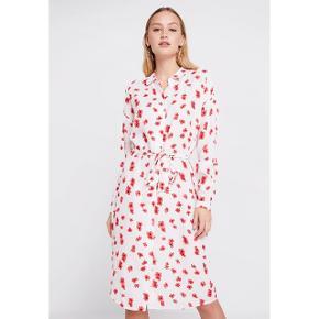 Fineste skjortekjole fra Moss. Ny med prismærke, str s/m. Den har hængt i skabet siden starten af foråret og fortjener nu nyt hjem. Ny pris var 550,-. 100% viskose. #trendsalesfund