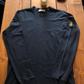 Stone Island longsleeve i str. Medium. Fitter 170-180. Fin condition med det meget lille hul på ryggen som eneste flaw.  Ffa: Gucci Saint Laurent Adidas Nike off White Kappa givenchy Yeezy valentino acne studios Stone Island supreme Alexandermcqueen balenciaga Palace louis vuitton fendi