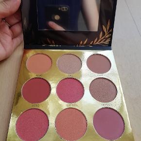 Mærke: Laritzy Cosmetics Øjenskygger i nuancer af rosa rød brun Nogle af dem er med glimmer  Øjenskygge palette med spejl  Make-up 9 forskellige farver  Athena Eyeshadow Collection Aldrig brugt