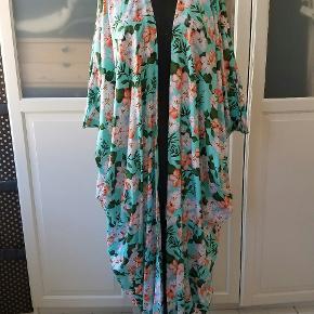 Fantastiske åbne kimono kåber i bomuld/viskose. Rummeligt snit der passes af str M til XXL. Perfekt til strand, ferie, fest og hverdag. Der er typisk kun en af hver og jeg laver dem selv af stof fundet på det lokale marked i Oman. Prisen er per stk. Sender gerne på købers regning. Dog gratis forsendelse ved samtidigt køb af 2 eller flere.