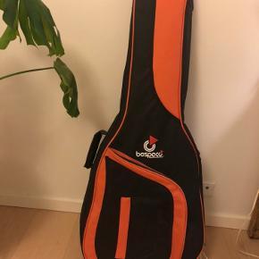 Hej jeg sælger min guitar og guitar taske. Det er næsten aldrig blevet brug, dog står der sigurd øverst på tasken som vises på billede. Det er en cort guitar