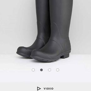"""Sælger """"Original Tall"""" Hunter gummistøvler i mat-sort.  Er helt nye, og kommer i original indpakning/kasse. Str. 37.  Befinder sig i Holstebro."""