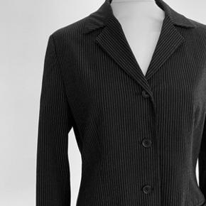 Flot nålstribet habitjakke fra Inwear str. 38. Jakken er med let vattering i skulderne. Fremstå meget flot, Længde 67 og brystomkreds 98 cm. Fra ikke ryger hjem.