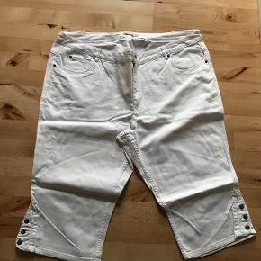 2 par lækre 3/4 lange jeans i hvid fra Bonaparte str. 54  Standen er sat som god men brugt - men de fejler absolut intet.  Der er 2 ens par. - De er lidt krøllet af at have været pakket væk, men det retter sig når de er blevet vasket.  Betaling via mobilepay. Sender med DAO