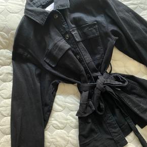Envii denim lignende jakke med bånd i taljen.  Str. m for oversize look 🤠 Bytter ikke