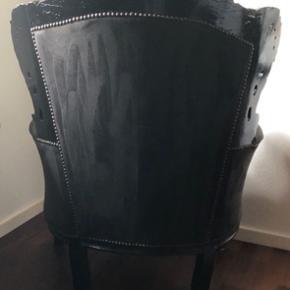Rokoko stol i sort stof, med de fineste udskæringer. Den har lidt slag hist og pist, intet man ser, men vil bare nævne det.