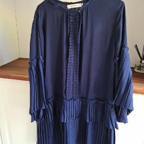 Sælger denne smukke kjole. Jeg har brugr den 2 gange og den er som ny.