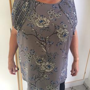 Sød bluse med sjove ærmer. Bm 66 x 2 og læ 71 cm.