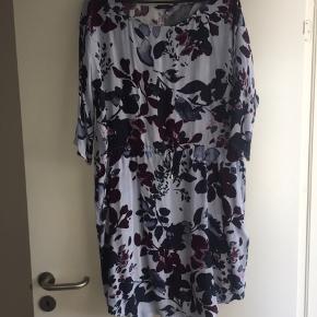 Sød blomstret kjole fra MbyM. Brugt en gang.