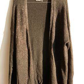 Super lækker cardigan fra Just Female med let sølvglimmer i det sorte stof. One size