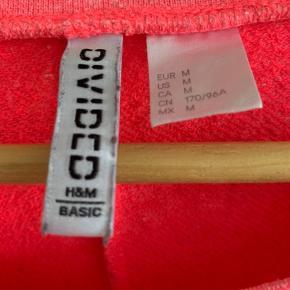 Størrelse: M  Mærke: H&M Devided  Sender gerne, køber betaler for porto.  Vægt: 265g Porto: 37kr med Dao