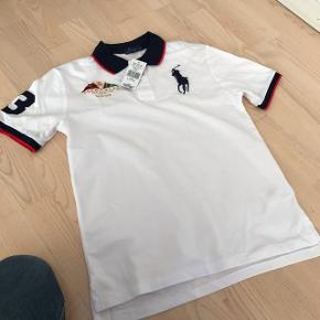Polo Ralph Lauren T-shirt. Aldrig brugt. Stadig med prismærke. Str 14-16 år. Købt i Magasin Odense i sommers. Normal pris 699kr. Sælges til 300kr