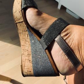 Super fin glimmer sandal Der er glimmer på hælen og de to remme over foden